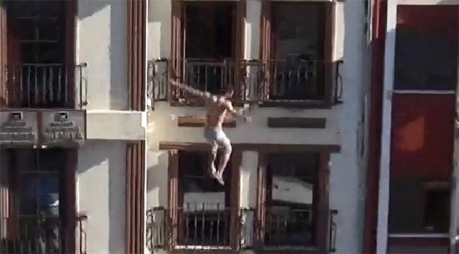 4 Katlı Apartmanın Çatısından Atladı!