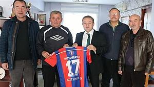 Gençlik ve Spor Müdürü Alp'e Hastanebayırıspor Forması