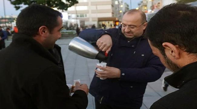 Ayhan Gider, çay servisiyle vatandaşın içini ısıttı