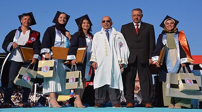 19 farklı ülkeden 70 öğrenci ÇOMÜ'den mezun oldu