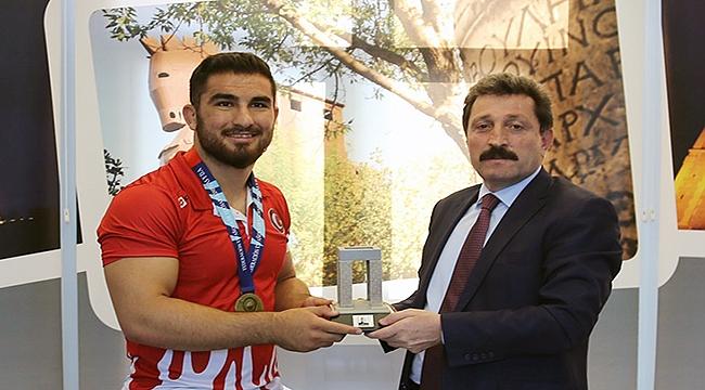 Avrupa Şampiyonu Aktürk'e tebrik