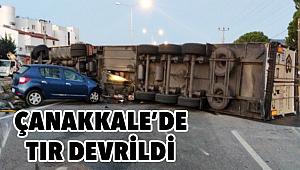 Devrilen TIR'a araba çarptı!