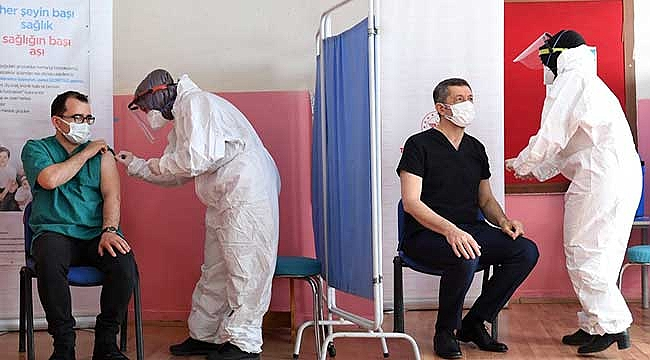 Bakan Selçuk, Öğretmenlerle Kovid19 Aşısı Oldu